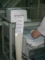 На заготовки приклеиваются этикетки с штрих-кодом для  того чтобы автоматическое оборудование могло распозновать их  без участия человека